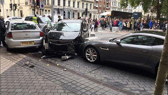 El usuario de Twitter @StefanoSutter capturó el choque del auto del atacante frente al Museo de Ciencias Naturales de Londres Foto: AFP.