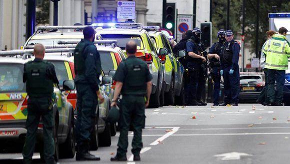 Agentes de la policía acordonan la zona en la que el vehículo se ha subido a la acera. Foto: Reuters.