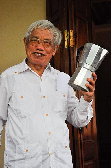 En guayabera y cafetera en mano: así recibe Augusto a los cubanos que lo visitan en su casa vietnamita. Foto: Marta Llanes/ Prensa Latina.