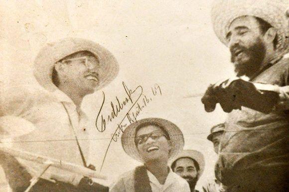 Foto autografiada por Fidel Castro en la que aparece Au en un corte de caña junto al líder histórico de la Revolución Cubana. Foto: Marta Llanes/ Prensa Latina.