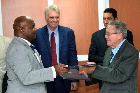 Firma del Memorando de Entendimiento entre la Administración Marítima de Cuba y el Consejo de Administración del Puerto de Cleveland. Foto: Marcelino Vázquez / ACN