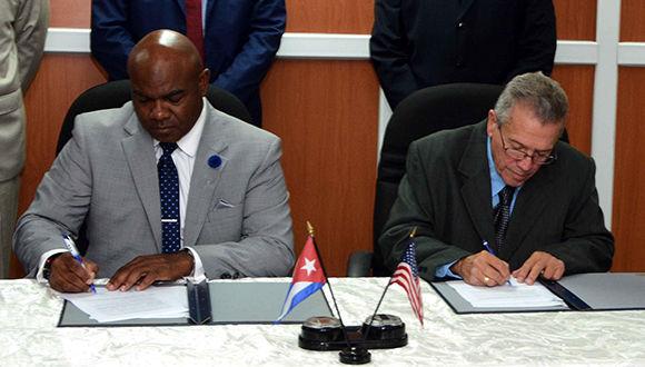 El Capitán José Joaquín Prado Falero (D), Director General de la Administración Marítima de Cuba y Darrell McNair (I), Presidente del Consejo de Administración del Puerto de Cleveland, durante la firma del Memorando de Entendimiento entre ambas empresas. Foto: Marcelino Vázquez / ACN