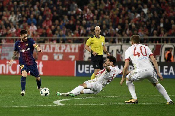 Así se la barrió Botía a Messi en la frontal en la primera parte. Foto: AFP
