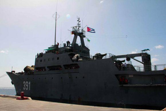 Barco cubano con ayuda para el pueblo de Dominica. Foto: Sergio Alejandro Gómez