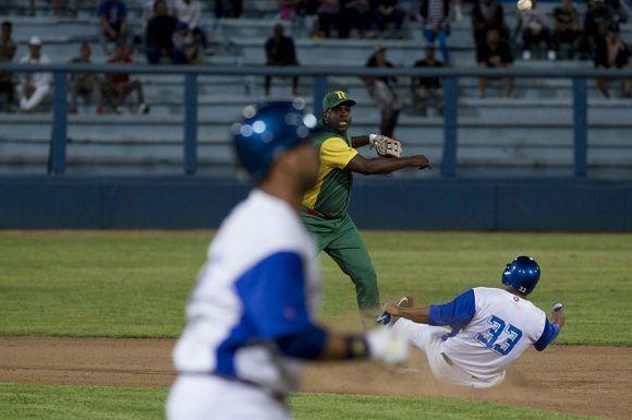 Donal Duarte, jugo en segunda base y cometio un costoso error para los pinareños. Foto: Ismael Francisco/Cubadebate.
