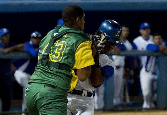 Yorbert en una jugada suicida hacia el home. Foto: Jennifer Romero/ Cubadebate.