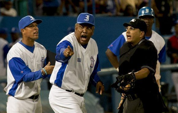 El juego se calento Victor protesta. Foto: Ismael Francisco/ Cubadebate.