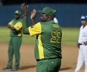 Lazo aplaude la decision del replay de la jugada en home. Foto: Ismael Francisco/ Cubadebate.