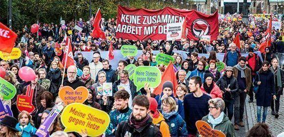 Alrededor de 12.000 personas se manifiestan en el centro de la capital alemana dos días antes de que Alternativa para Alemania (AfD) se estrene en el Bundestag.