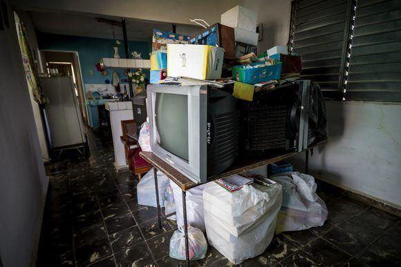 Todos los años, cuando vienen los ciclones, los siete televisores y las dos computadoras se guardan en casa de Nena. Foto: Irene Pérez/ Cubadebate.