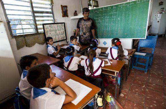 El profesor Jesús Bonachea y sus alumnos de segundo grado. Foto: Irene Pérez/ Cubadebate.