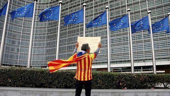 Un manifestante ante la sede de la Comisión en Bruselas. Foto: Reuters