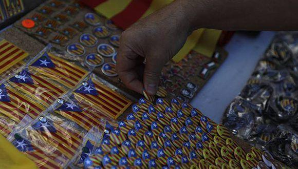 Imanes y pines de la bandera estelada catalana a la venta con motivo de la manifestación. Foto: Santi Palacios / AP