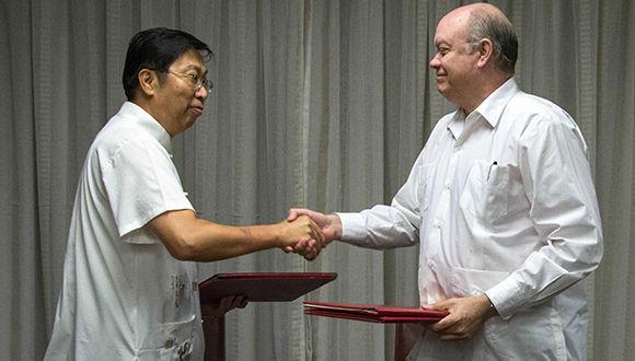 Chen Xi (I.), embajador de China en Cuba y Rodrigo Malmierca Díaz (D), ministro de Comercio Exterior y la Inversión Extranjera (MINCEX), durante la firma de cinco instrumentos jurídicos vinculados a las relaciones económicas y comerciales entre la República Popular China y la República de Cuba, en la sede del (MINCEX), en La Habana, el 25 de octubre de 2017. ACN FOTO/Abel PADRÓN PADILLA/oca