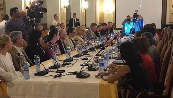 Los representantes de los Consejos de las ciudades estadounidenses de Tampa y San Petersburgo, ambas del estado Florida, visitan La Habana. Foto: @hatzelvela