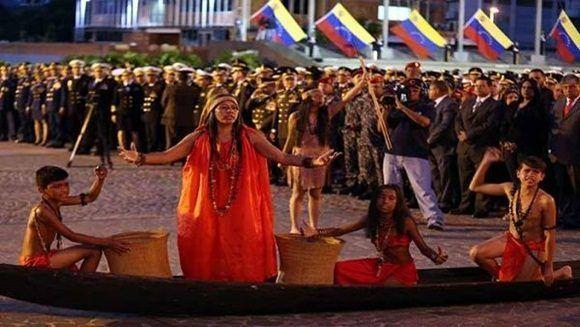 En Venezuela, representantes indígenas participaron en el acto de izada de la bandera nacional. | Foto: AVN