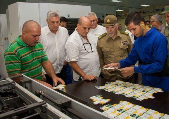 Miguel Díaz-Canel Bermúdez (segundo de la izq.), miembro del Buró Político del Partido Comunista de Cuba (PCC) y primer vicepresidente de los Consejos de Estado y de Ministros, y el Comandante de la Revolución Ramiro Valdés Menéndez (C der.), miembro del Buró Político del CCPCC y vicepresidente de los Consejos de Estado y de Ministros, en un recorrido por la Agencia de Envases de Pinar del Río, Cuba, 6 de octubre de 2017. ACN FOTO/Rafael FERNÁNDEZ ROSELL