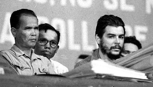 Vu Van Au (al fondo) hizo de traductor de Noup y Che todas las veces que se encontraron los dos legendarios guerrilleros. Foto: Marta Llanes/ Prensa Latina.