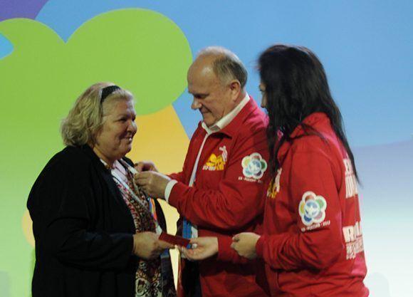 Entregan a Aleida Guevara medalla por el centenario de la Revolución Socialista de Octubre. Foto: Luis Mario Rodríguez Suñol/ Cubadebate.