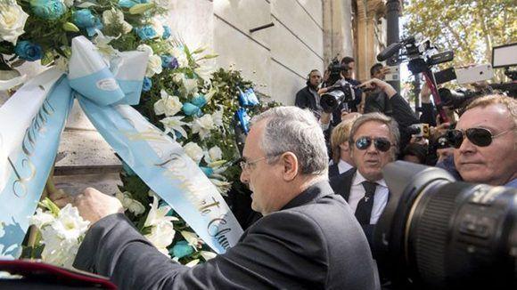 El presidente del club de fútbol Lazio, Claudio Lotito, visitó una sinagoga este lunes en Roma tras el incidente. Foto: EPA.