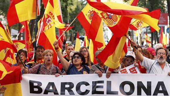 """""""La mayoría silenciosa"""" salió a las calles de Barcelona con banderas de España. Foto: Reuters."""