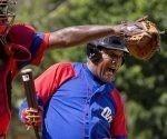 Juego de las Estrella de Veterano. Victor Mesa siempre explosivo. Foto: Ismael Francisco / Cubadebate.