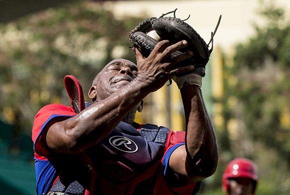 Juan Manrique atrapa un foul flly. Foto: Ismael Francisco/Cubadebate.