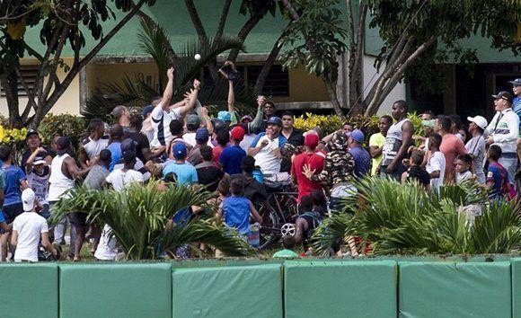 Varias pelotas fueron a la calle en la competencias de jonrones. Foto: Jennifer Romero/ Cubadebate