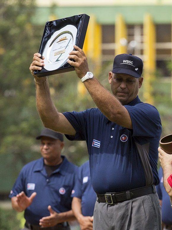 Reconocimiento al arbitro Jorge Niebla. Foto: Jennifer Romero/ Cubadebate