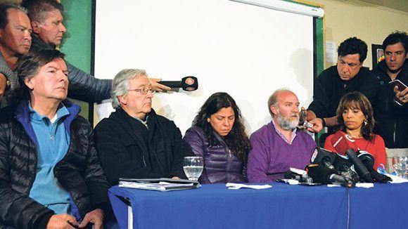 Familiares de Santiago Maldonados yabogaodos en conferencia de prensa la Universidad de La Patagonia, en la ciudad de Esquel. Foto: Télam.