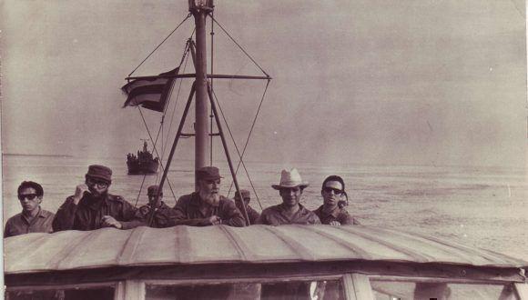Junto al Comandante René Vallejo y Rolando Rodríguez, entonces presidente del Instituto del Libro, quien lleva en sus manos el manuscrito del Diario del Che que se preparaba para su publicación en Cuba, 29 de mayo de 1968. Foto: José M. Miyar Barruecos /Sitio Fidel Soldado de las Ideas
