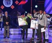 A la izquierda el presidente del INDER, Antonio Becalli, a la derecha los boxeadores cubanos reconocidos en la gala, entre ellos Julio César La Cruz. Foto: Mónica Rodríguez/ Jit.