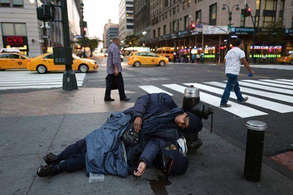 Una persona sin hogar en una calle de Boston. Foto: AP.