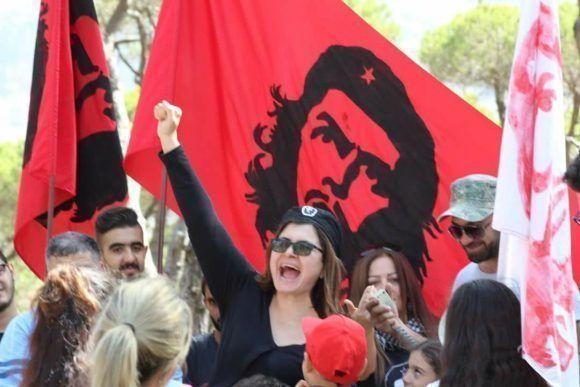"""Convocados por la Asociación """"José Martí"""", fuerzas y personalidades de la izquierda libanesa y palestina, miembros del Centro Regional de la Federación Internacional Democrática de Mujeres (FDIM) de El Líbano, Palestina, Irak, Jordania y otros países árabes, y con la presencia de un número de libaneses graduados de las universidades de la Isla y miembros de la comunidad cubana en Beirut, se rindió homenaje -en la Plaza de los Mártires en el centro de Beirut- al aniversario 50 de la caída en combate del guerrillero heroico Ernesto Che Guevara. Fotos: Al Mayadeen"""