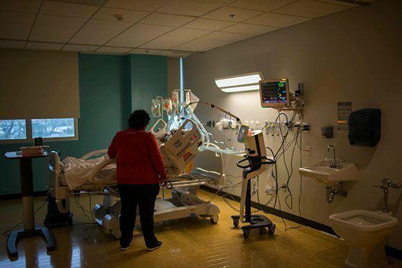 Yarelis Rosa visitó a su esposo, Miguel Bastardo Beroa, en un hospital en Carolina, Puerto Rico; sus doctores creen que contrajo leptospirosis, una enfermedad bacteriana causada por aguas contaminadas. Foto: Dennis M. Rivera Pichardo/ The New York Times.