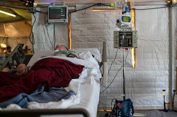 Asociaciones médicas y agencias de asistencia privada establecen misiones en Puerto Rico para proveer cuidado médico en las áreas en las que se necesita. En Caguas, algunos pacientes han sido atendidos en un hospital móvil. Foto: Dennis M. Rivera Pichardo/ The New York Times.