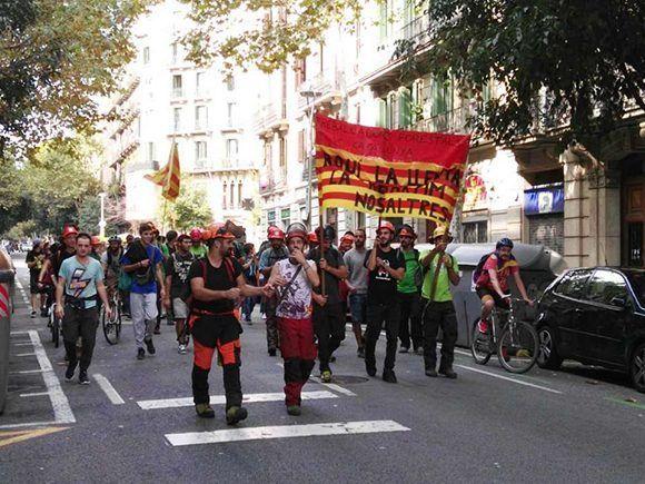 """Trabajadores Forestales de Cataluña, camino del Parlament: """"Aquí la leña la repartimos nosotros"""". Foto: Toni Polo."""