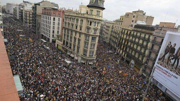 Miles de personas en la Plaza de la Universidad en Barcelona. Foto: AFP.