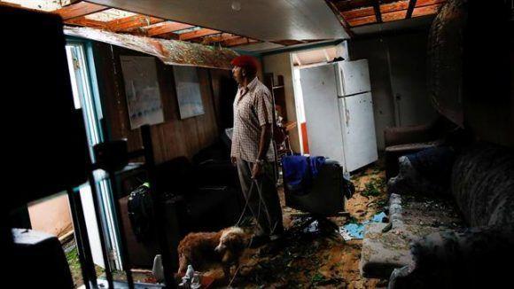 Guayama, Puerto Rico: Agapito López contempla la destrucción en su casa tras el paso del huracán María Guayama, Puerto Rico: Agapito López contempla la destrucción en su casa tras el paso del huracán María. Foto: Reuters / Carlos Garcia Rawlins