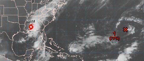 Al Este, sobre el Océano Atlántico, hay un centro de bajas presiones con un 70 por ciento de convertirse en depresión tropical. Imagen: NOAA.