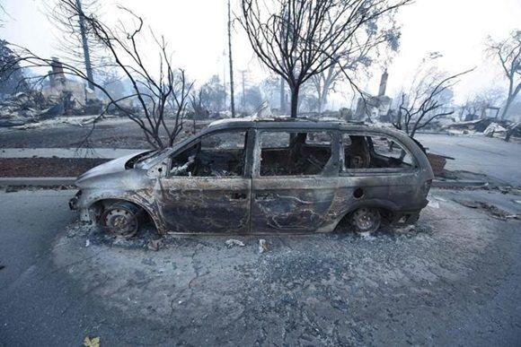 Un coche destruido en Santa Rosa (Robyn Beck / AFP)