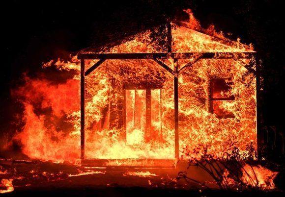 Una casa arde en la región vinícola de Napa (Josh Edelson / AFP)