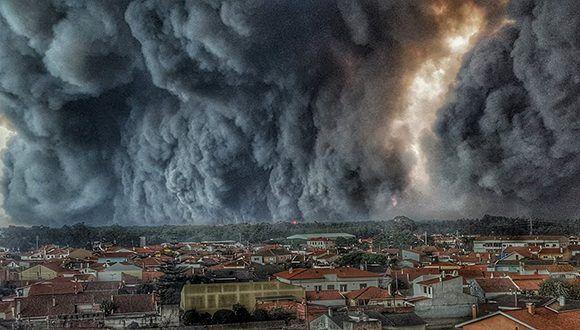 Una inmensa nube de humo cubre  Vieira de Leiria, Portugal. Foto: Helio Madeiras/ Facebook.