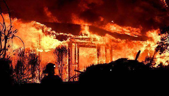 Bomberos en Napa intentando controlar el fuego que asola la región en California. Foto: Josh Edelson / AFP