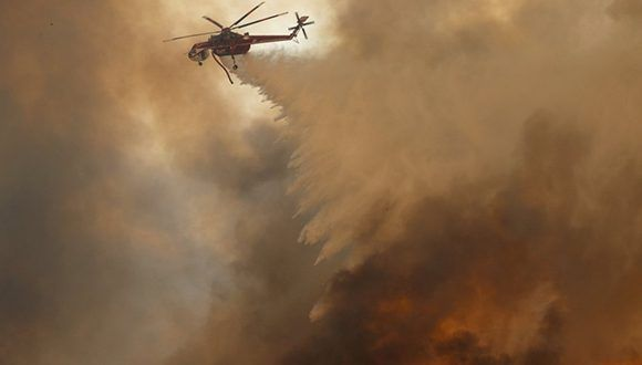 Un helicóptero en labores de extinción en el condado de Orange, California. Foto: Mike Blake / REUTERS