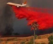 Un avión DC-10 deposita un compuesto retardante de fuego para evitar que el incendio vaya a más en el condado de Orange (California). Foto: Mike Blake / REUTERS