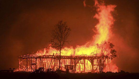 El histórico granero Round Barn, en Santa Rosa, devorado por el fuego que afecta a las zonas vitivinícolas de California. Foto: Kent Porter / AP