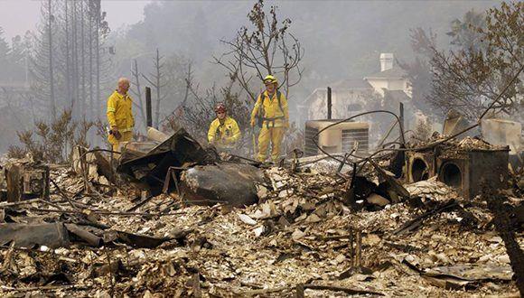Bomberos en busca de puntos de calor, este lunes en Fountaingrove (Santa Rosa, California). Foto: Ben Margot / AP