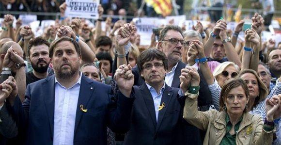 El presidente de la Generalitat, Carles Puigdemont; el vicepresidente Oriol Junqueras y la presidenta del Parlament, Carme Forcadell, durante la manifestación convocada por la Mesa por la Democracia para pedir la libertad de Jordi Sànchez y Jordi Cuixart, después que el Gobierno haya anunciado que propondrá al Senado su destitución y la de todos los consellers. - EFE.