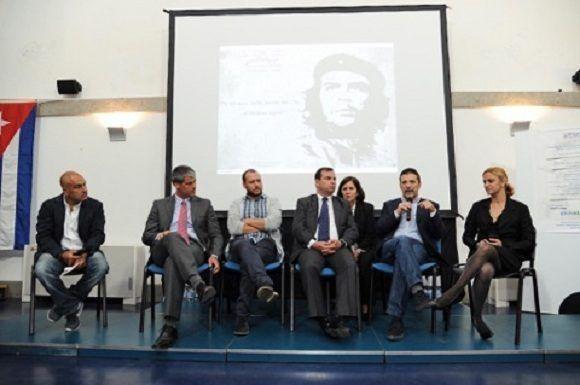 El Héroe de la República de Cuba y presidente del ICAP, Fernando González Llort, asistió a la ceremonia. Foto: Asociación Nacional de Amistad Italia-Cuba.
